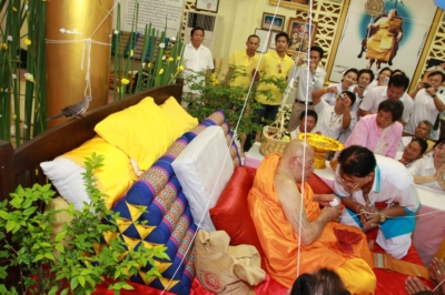 phuket-A-dove-perches-behind-Luang-Pu-Supha-during-a-Buddhist-ceremony-to-celebrate-the-abbots-113th-birthday-1-gkyBAiP